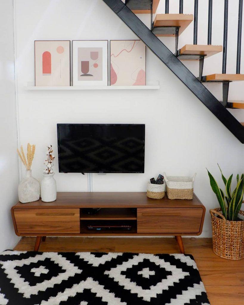 Desain Ruang Santai Nonton TV Bawah Tangga Dengan Beanbag Keren - Inspirasi Desain Rumah Terkini