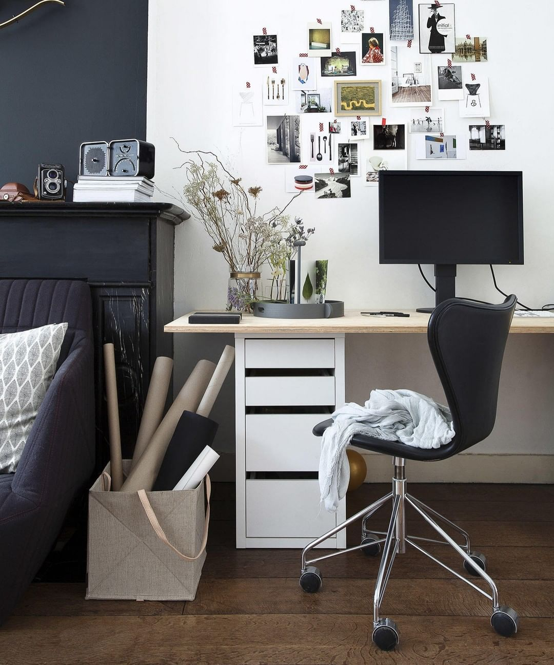 Desain Interior Ruang Kerja Di Rumah yang Simpel dengan Gaya Monokrom