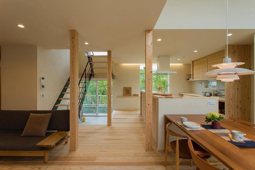 Desain Interior Rumah Yang Menyatukan Dapur Ruang Makan Dan Ruang Keluarga Tanpa Sekat Dengan Aksen Kayu Inspirasi Desain Rumah Terkini