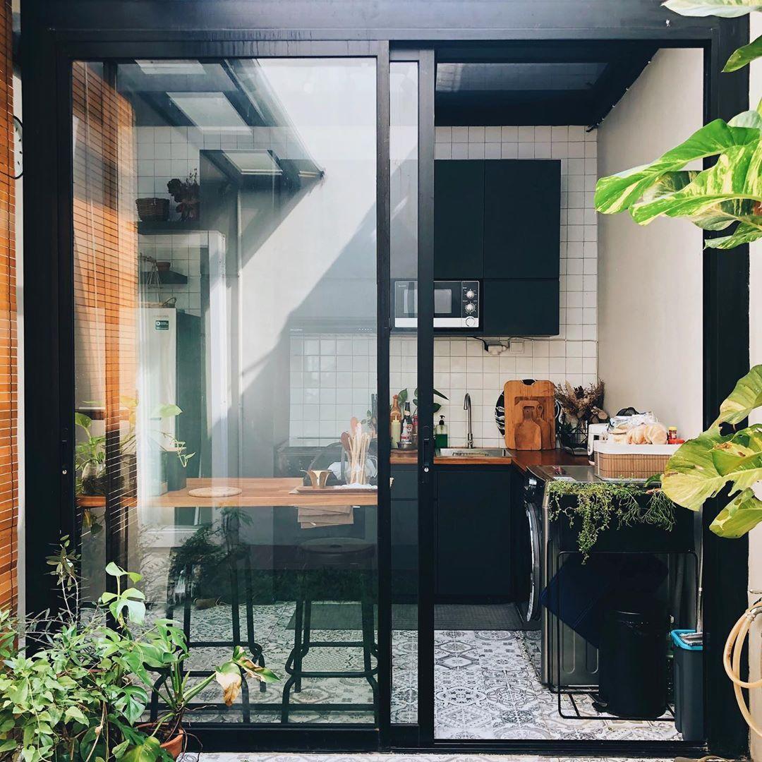 Interior Dapur Minimalis Semi Terbuka dengan Desain Skyligt Bermandikan Cahaya Alami