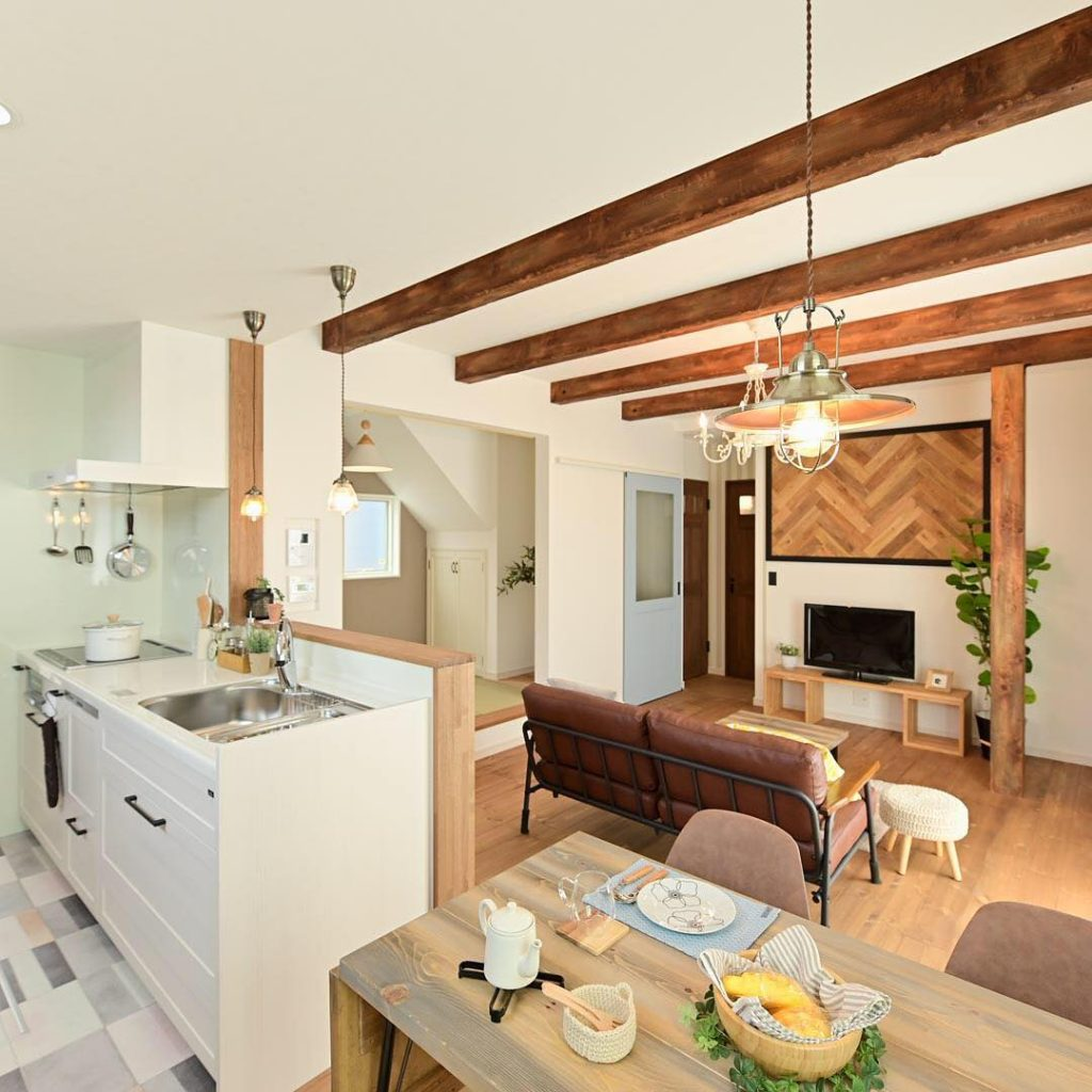 Interior Rumah yang Menyatukan Dapur Ruang Makan dan Ruang Keluarga Tanpa Sekat Sentuhan Gaya Jepang