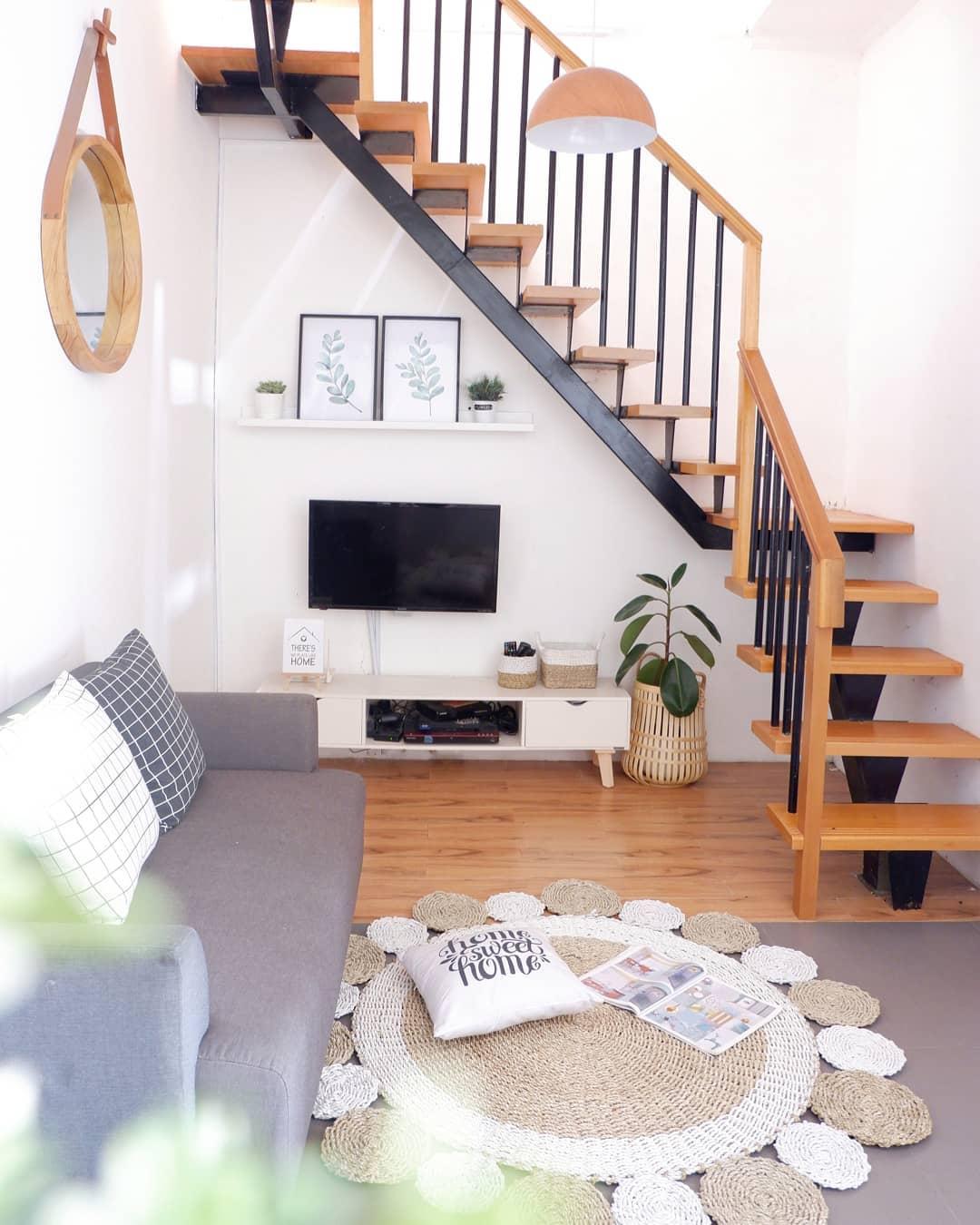 Desain Interior Ruang Santai Nonton TV Bawah Tangga Dengan Karpet Rotan - Inspirasi Desain Rumah Terkini