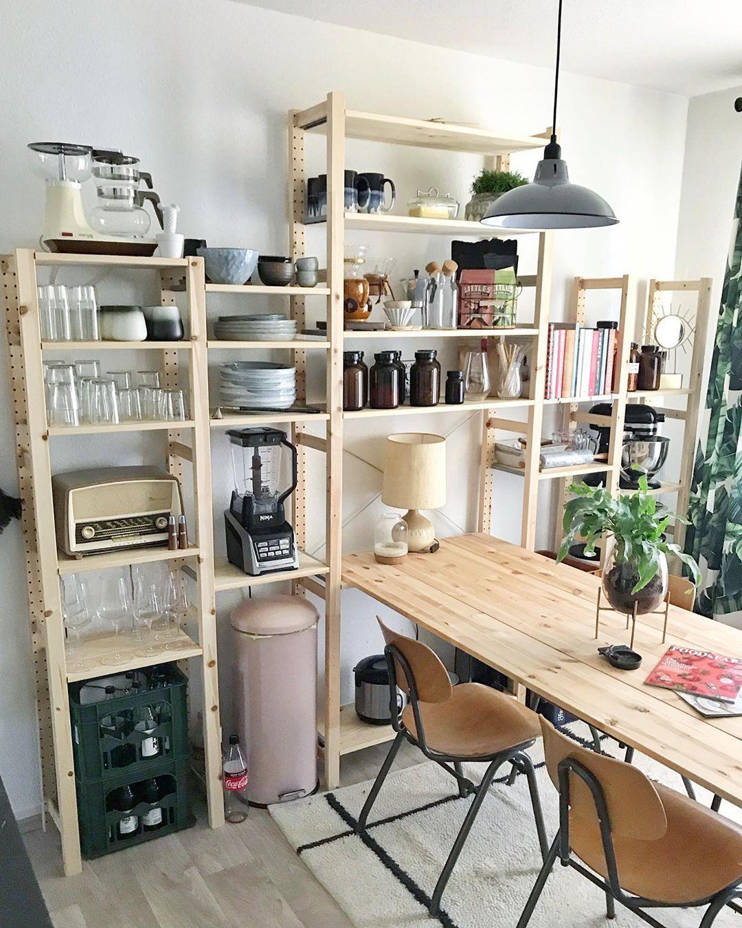 Desain Interior Dapur Minimalis Unik dengan Rak Meja Kayu Jadi Satu