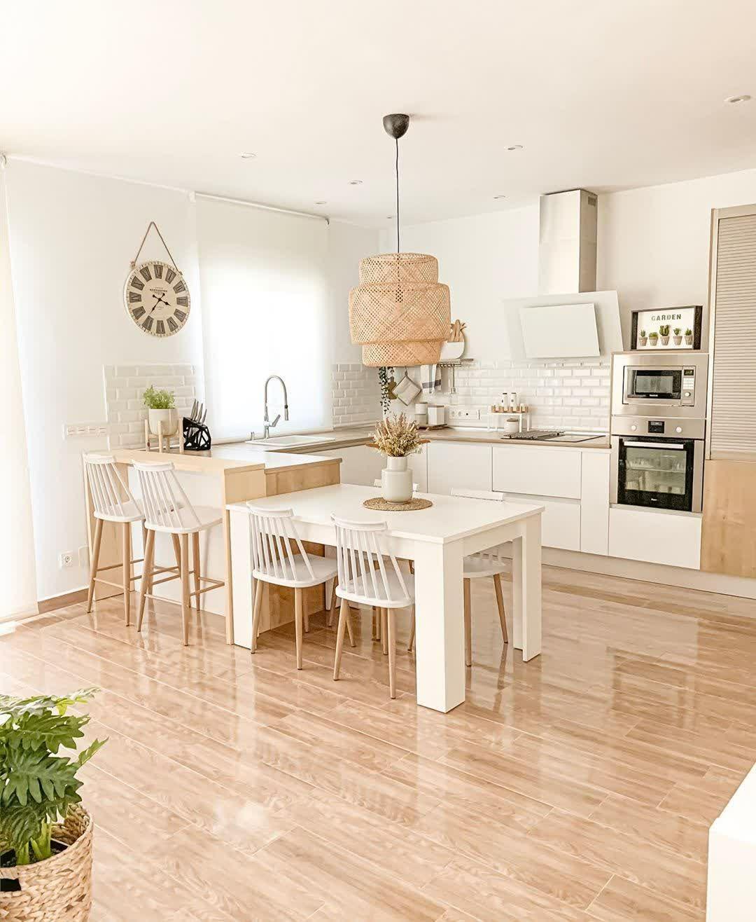 Desain Interior Dapur dan Ruang Makan yang Menyatu dengan Kombinasi Warna Putih dan Kayu Scandinavian Banget