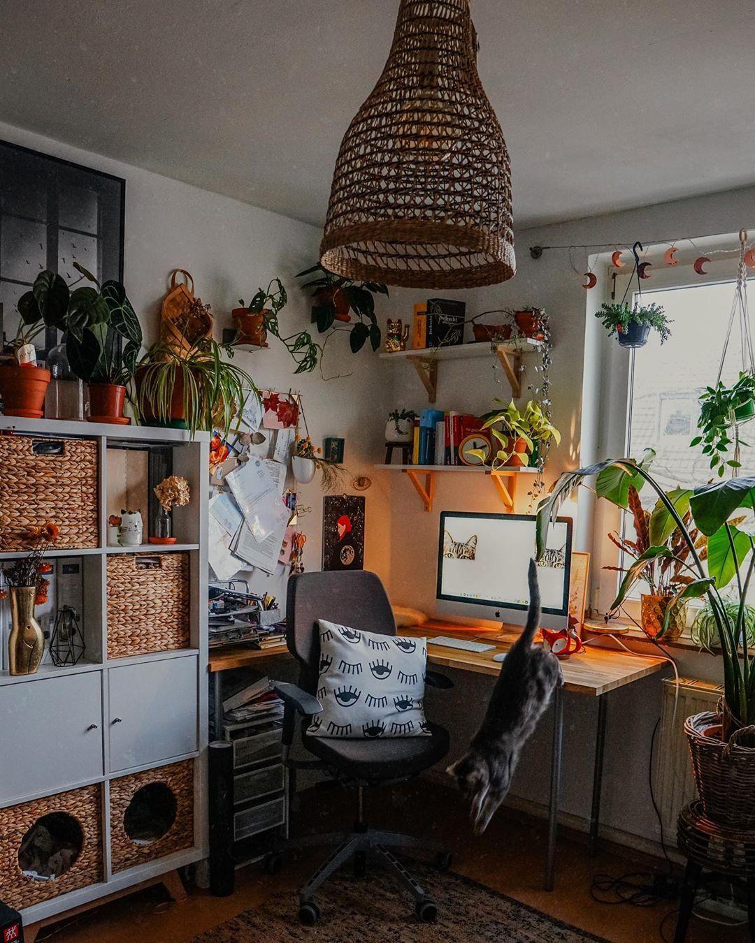 Desain Interior Ruang Kerja Work From Home dengan Suasana yang Semarak dan Juga Natural