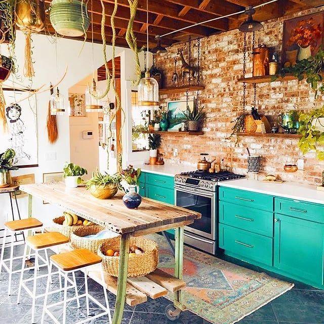 Desain Interior Dapur dengan Lemari Pirus Bergaya Boho Chic